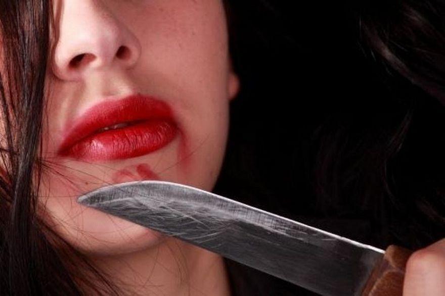 Молодая жительница Мордовии изревности изрезала лицо другу