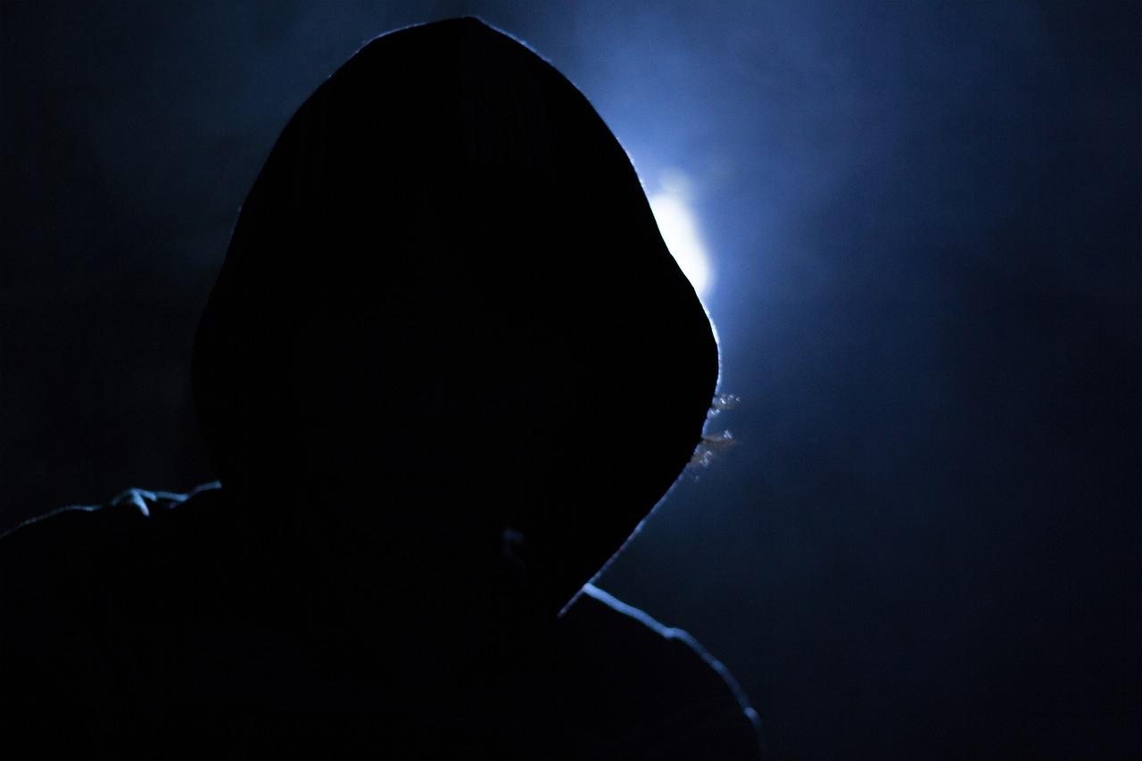 соцсетях фото человека без лица в темноте историей